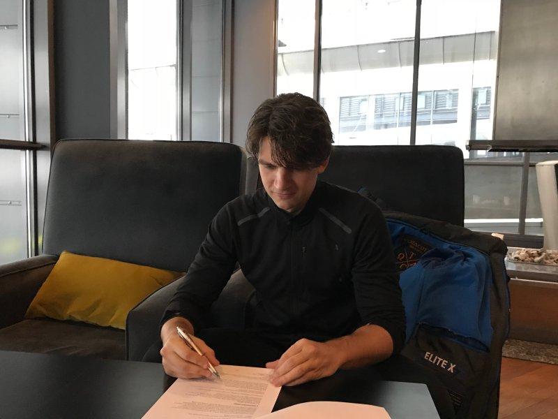 Marco signerer avtalen