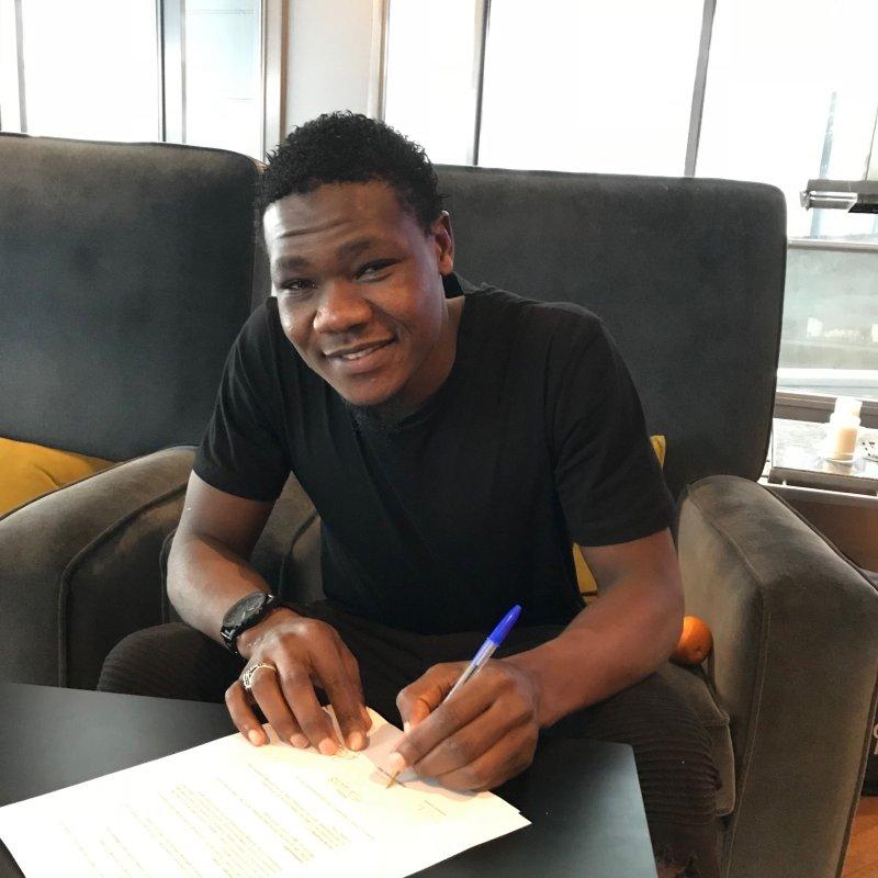 Abu signerer avtalen