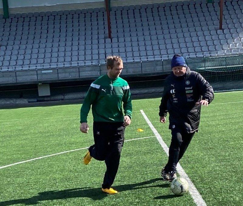 Tom J gir Lars en leksjon i forsvarsspill. Tom J holder fortsatt avstand, slik han også gjorde som aktiv.